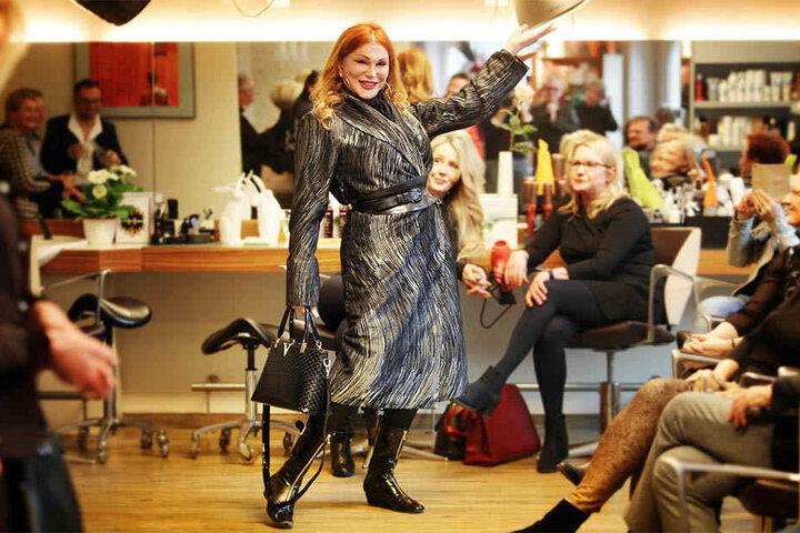 Den ersten Mantel präsentierte die Travestiekünstlerin Zora Schwarz.