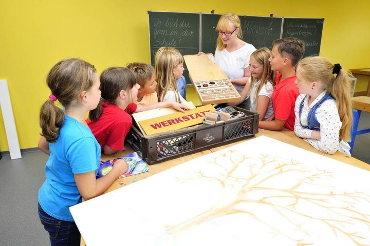 Meike Heublein (27) präsentiert ihrer Klasse am Gymnasium das neu gestaltete  Werk-, Kunst- und Technikkabinett.      Fotos: Sven Gleisberg