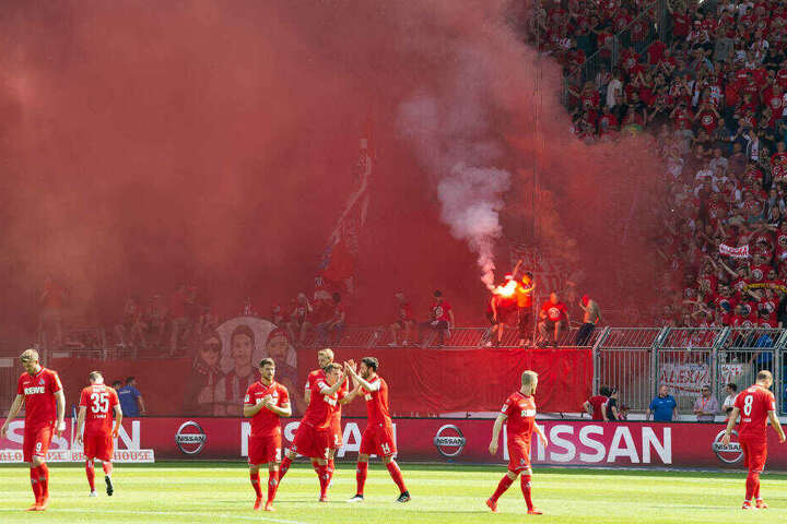 Es brennt im Kölner Fan-Block. Die Spieler finden das nicht so toll.