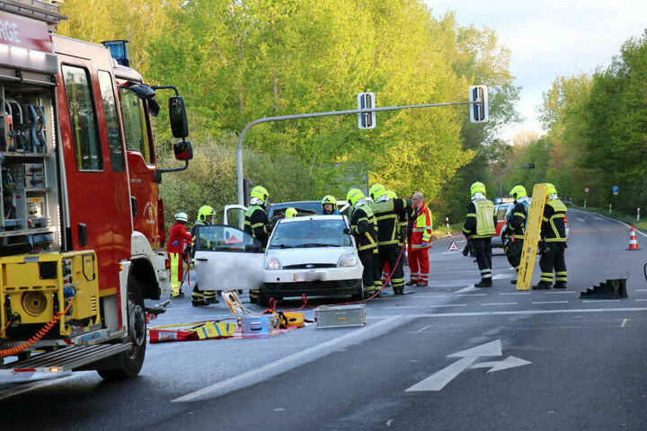Die Feuerwehrleute mussten bei der Bergung der Fahrerin Dach und Tür des Autos abnehmen.