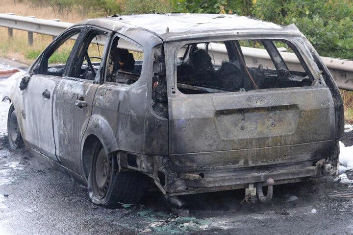 Der Ford brannte komplett aus.