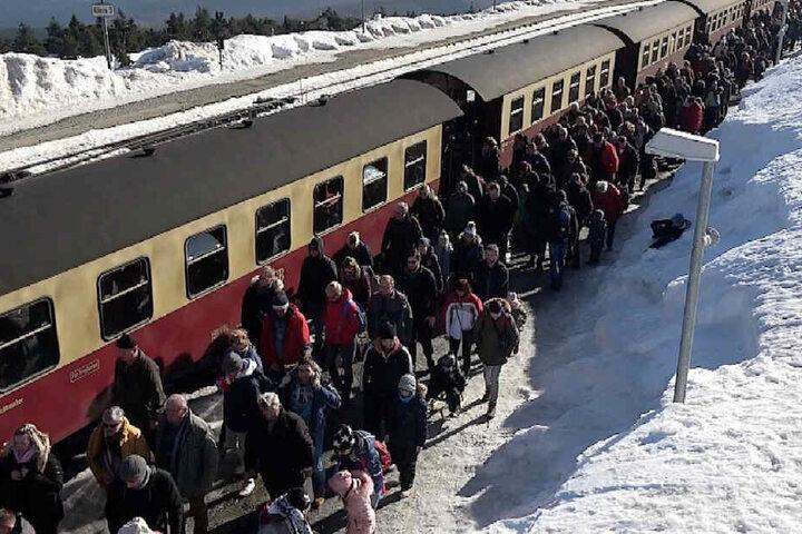 Tausende Besucher kamen mit der Bahn, um die Aussicht zu genießen.