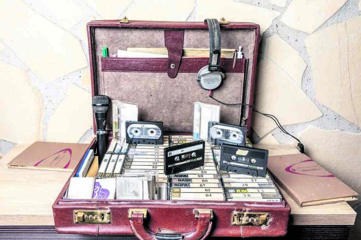 Vier Koffer voll mit Musik: Unzählige Kassetten bespielten die beiden, alle Titel und Interpreten waren fein säuberlich in Büchern aufgelistet.