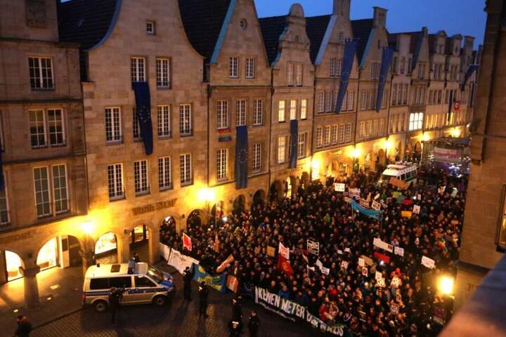 Demonstranten standen auf dem Prinzipalmarkt in Münster, während im Rathaus der Neujahrsempfang des Kreisverbandes der AfD stattfand.