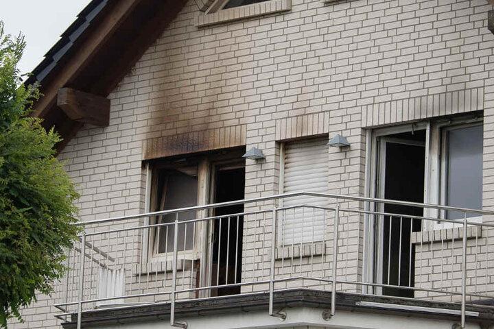 Die Aufnahme zeigt das Einfamilienhaus unmittelbar nach dem Brand im August 2018.