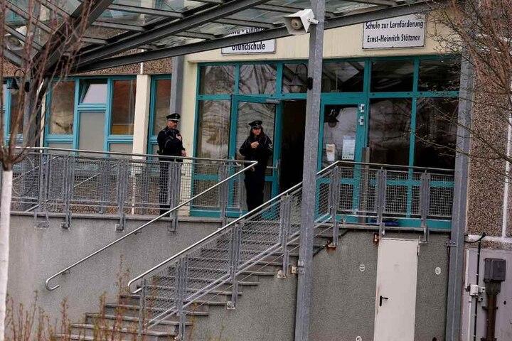 Polizisten stehen vor der Schule in Heidenau.