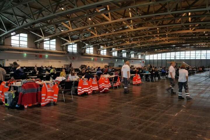 Evakuierte in einer Messehalle: Die Stadt hat mehrere Betreuungsstellen für die Betroffenen eingerichtet.