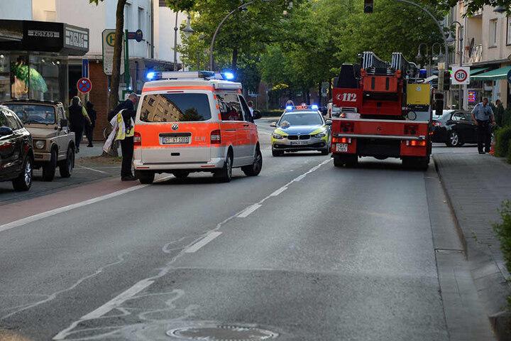 Feuerwehr und Polizei sperrten die Straße ab.
