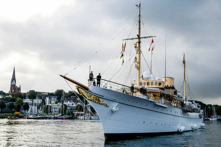 """Die königliche Yacht """"Dannebrog"""" läuft im Flensburger Hafen ein."""