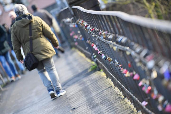 Mehrere hundert Liebesschlösser hängen noch an dem Geländer der Weidenhäuser Brücke (Archivbild).