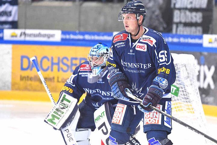 Der Dresdner Georgijs Pujacs (rechts) hält vor Keeper Marco Eisenhut die Stellung.
