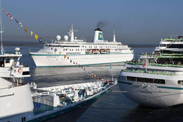 Kreuzfahrtschiffe im Hafen: Weil ein Passagier an Board eines Schaffen gestürzt ist, bekommt er nun Schmerzensgeld. (Symbolbild)