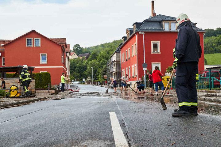 In Pirna wurden mehrere Straßen mit Schlamm vollgespült.