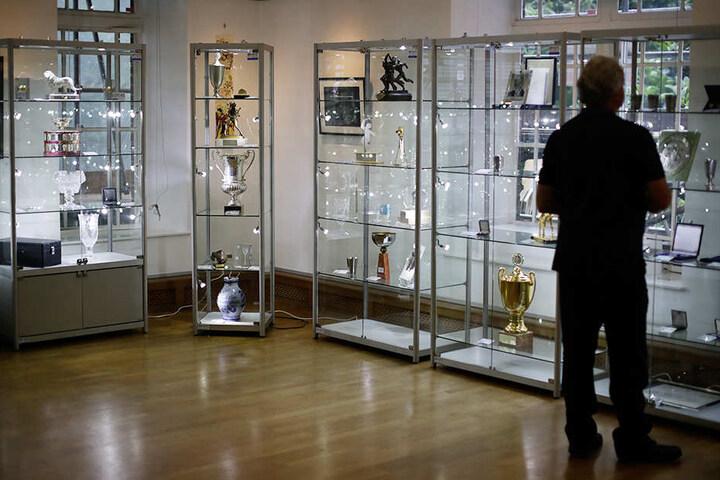 In der Knapp-Galerie in London stehen Erinnerungsstücke und Trophäen des deutschen Tennis-Stars zur Versteigerung.