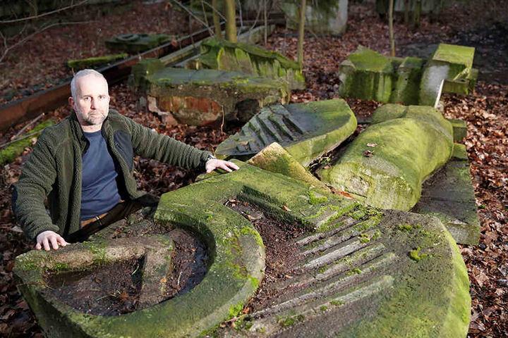 Momentan liegt das alte DDR-Relief bei Bildhauer Roland Fribolin in  Zittau.