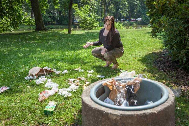 Caroline Elstein beklagt sich über den Müll am Schlossteich.