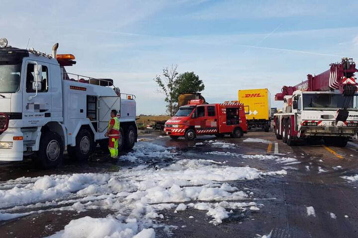 Die Autobahn ist seitdem in Fahrtrichtung Berlin vollständig gesperrt. Einige Autofahrer sollen seit mehr als acht Stunden im Stau ausharren.