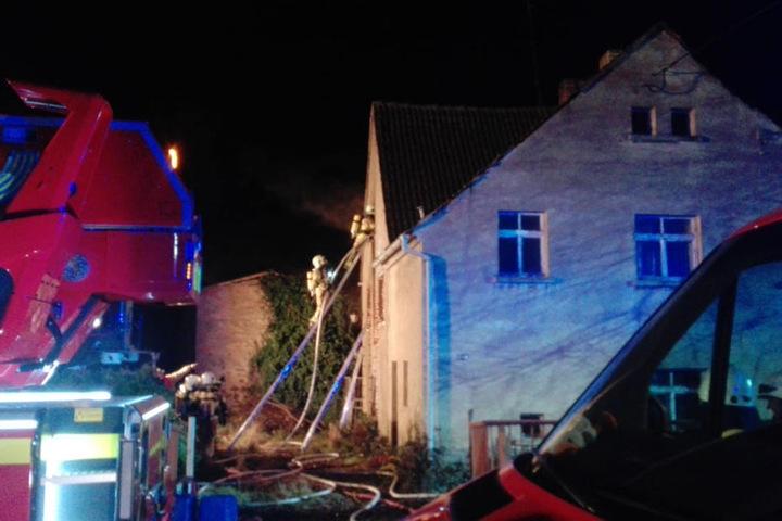 Die Feuerwehr hatte versucht, sich von Innen Zugang zu dem Brand zu verschaffen. Die Holztreppe im Treppenhaus war da aber schon komplett zerstört, weshalb von außen gelöscht werden musste.