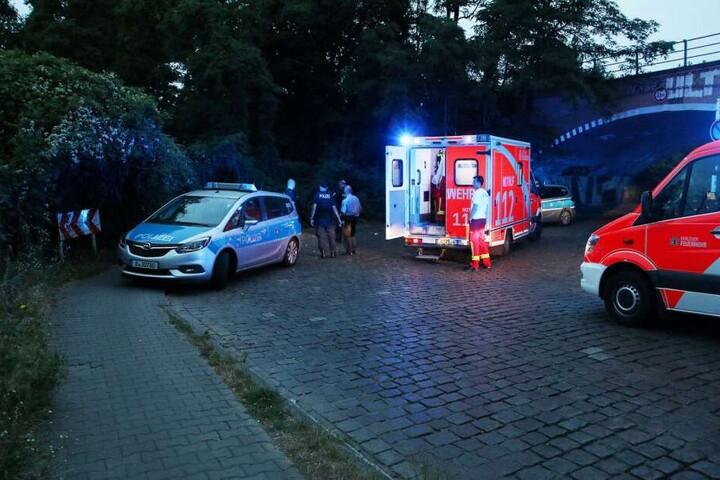 Alarmierte Rettungssanitäter versorgten die Frau und brachten sie anschließend ins Krankenhaus.