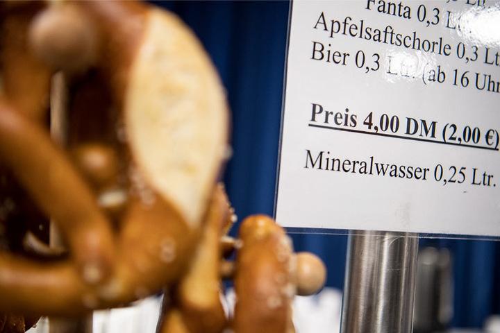 Skurriles Detail: Die Preise für die Verpflegung wurden auf dem Parteitag teils in D-Mark ausgewiesen.