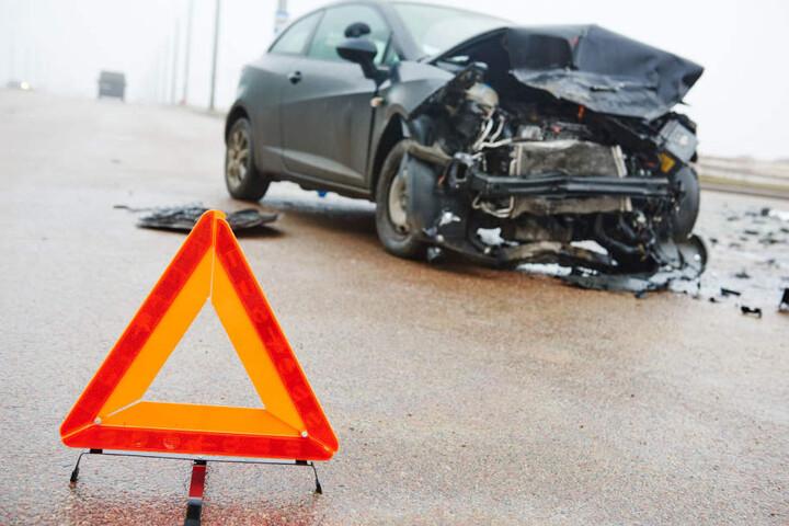 Die beiden Autos waren auf einer Kreuzung in Limbach-Oberfrohna zusammengestoßen. (Symbolbild)