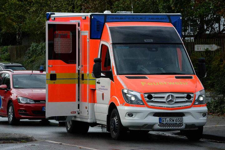 Ebenso wurde ein Rettungswagen alarmiert. Zwei Personen erlitten leichte Verletzungen.