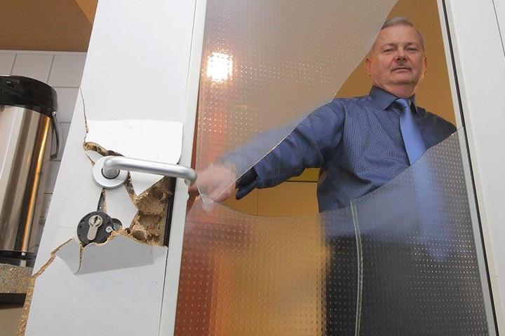 Vereins-Chef und Tanztrainer Peter Lehmann (64) zeigt die Schäden, welche die Einbrecher im Tanzsportclub Casino Dresden hinterließen.
