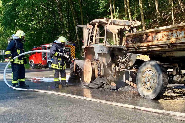 Erst ein Schaumbad konnte die Flammen bändigen: 50 Feuerwehrleute kämpften Samstagmorgen, um den Traktorbrand bei Mühlbach zu löschen.