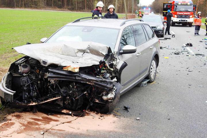 Auch der Skoda wurde bei dem Crash schwer beschädigt.