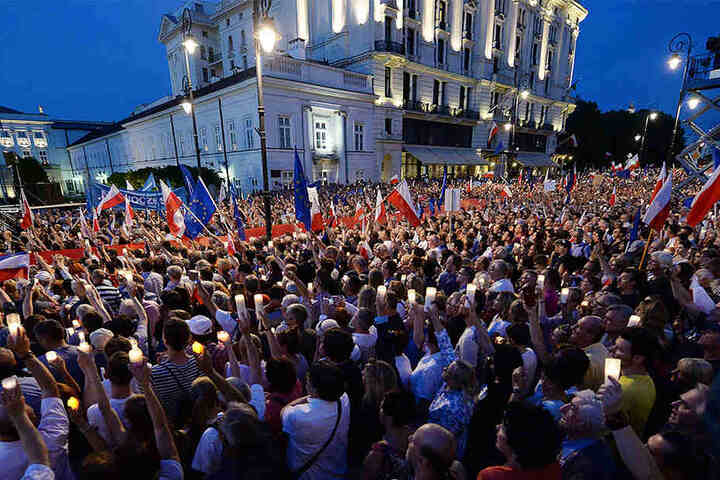 Anhänger der Opposition demonstrieren am 20. Juli 2017 vor dem Präsidentenpalast in Warschau gegen die Justizreform. Polens Regierung hat ihre umstrittene Justizreform trotz Sanktionsdrohungen der EU-Kommission vorangetrieben.