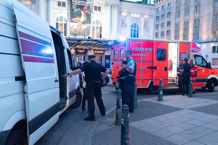 Polizisten begutachten einen Transporter nahe dem Hauptbahnhof.