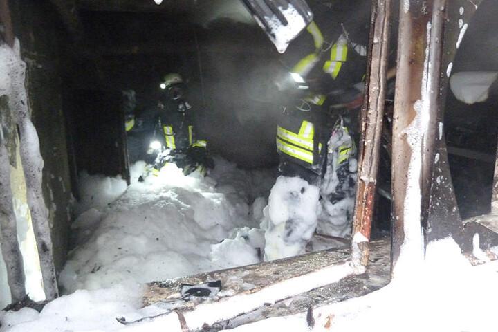 Die Feuerwehr bekämpfte die Flammen mit Schaum.