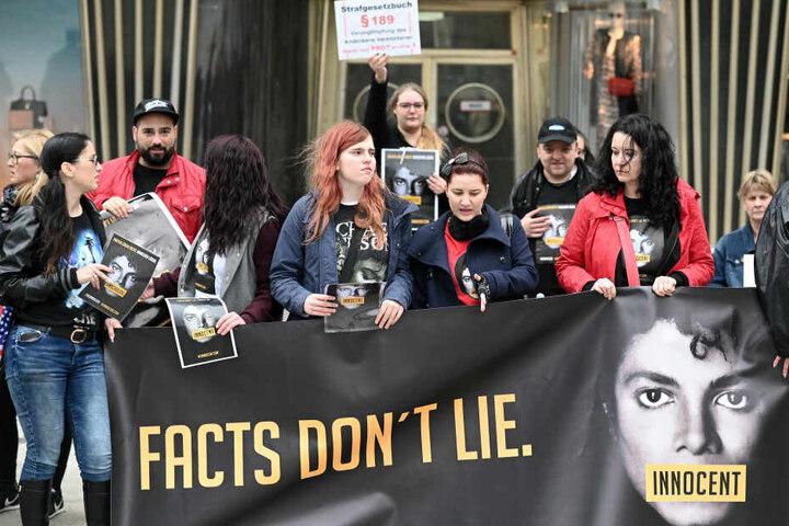 """Fans protestieren mit einem Banner gegen die Ausstrahlung der umstrittenen Dokumentation """"Leaving Neverland""""."""