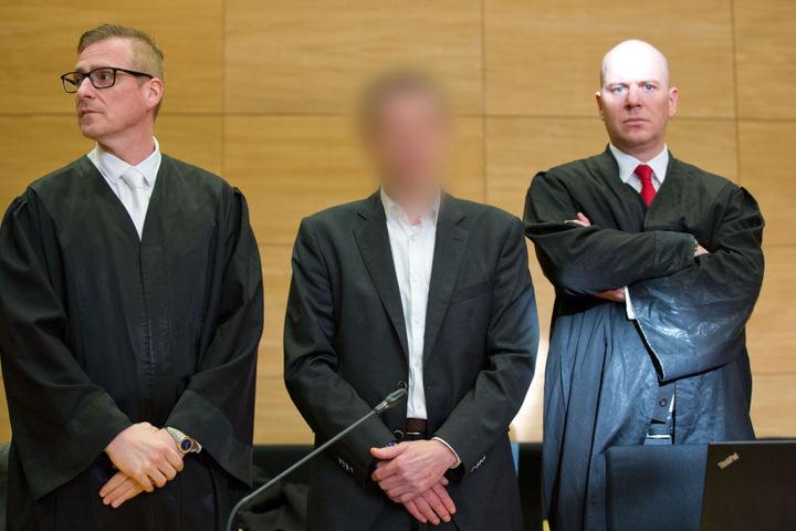 Der Angeklagte (Mitte) bestand bis zum Schluss darauf, dass er unschuldig ist. Trotzdem wurde er jetzt wegen Mordes verurteilt.