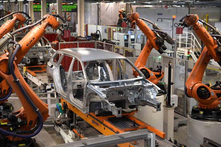 Roboter arbeiten im Volkswagen Werk in Emden an einer Karosserie. (Symbolbild)