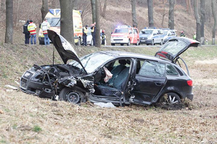 Der Audi wurde bei dem Zusammenstoß stark beschädigt.