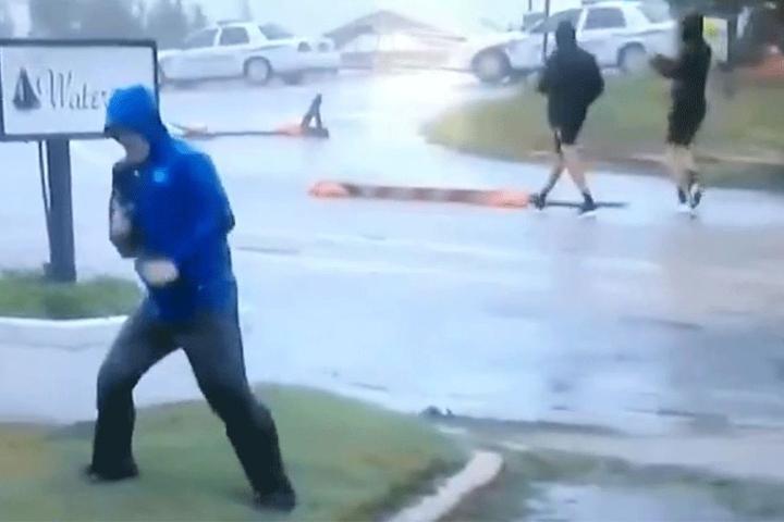 Autsch: Die Jungs im Hintergrund gehen lässig spazieren. Wie peinlich für den Reporter. Seine Show ist aufgeflogen.