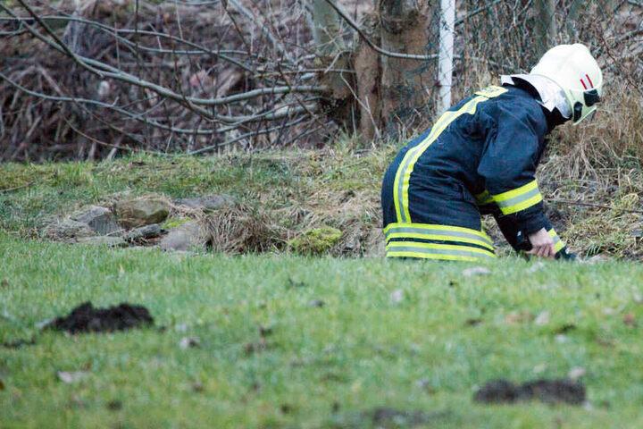 Ein Feuerwehrmann durchsucht den Pöhlbach.