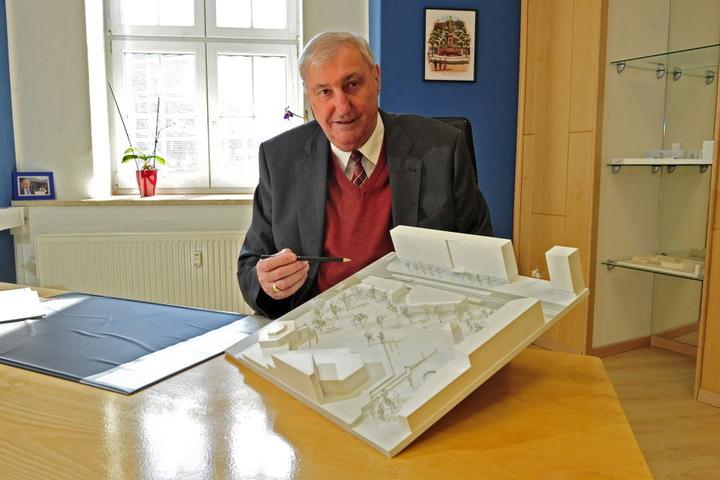 Bauunternehmer Claus Kellnberger (74) erklärt seine Vision des  Stadthallenparks.