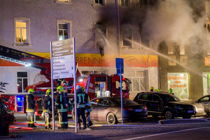Zwölf Menschen sind bei einem Feuer in einem Mehrfamilienhaus in Ehrenfriedersdorf (Erzgebirgskreis) verletzt worden.
