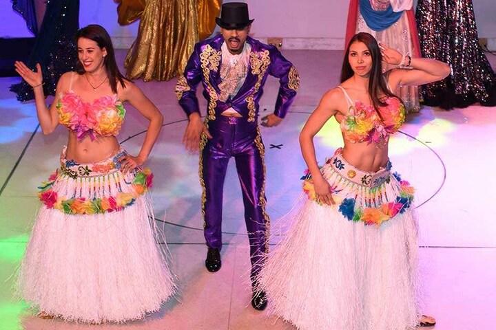 Maria Segura (li.) und Sasa Planinsec mit einem Tänzer auf der Bühne im Carte Blanche.