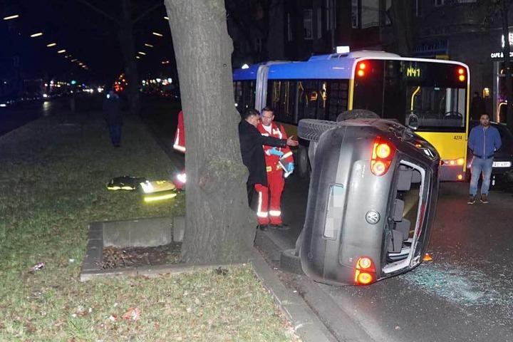 Der VW Golf kippte nach dem Crash mit dem Bus auf die Seite.