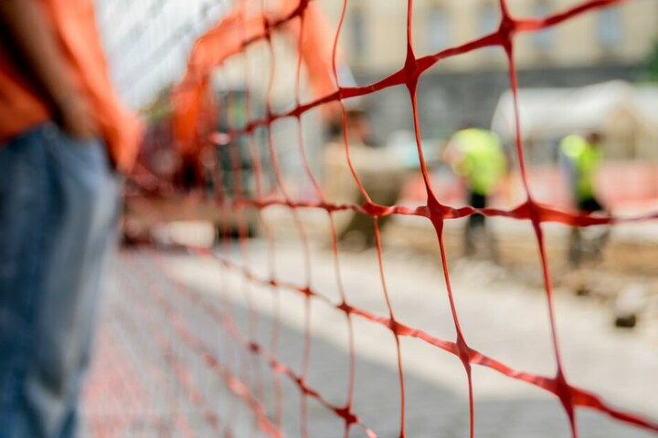 Autofahrer müssen wegen Baustellen mit Staus rechnen. (Symbolbild)