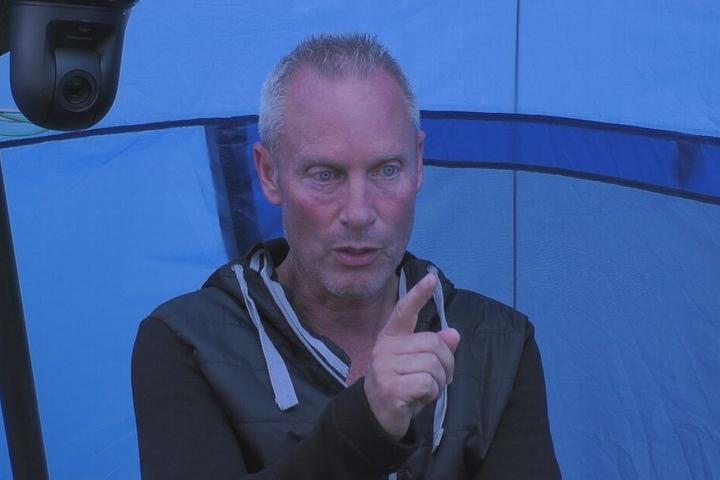Ist der dritte Promi, der das Camp verlassen musste: Deutschlands bekanntester TV-Detektiv Jürgen Trovato (57).