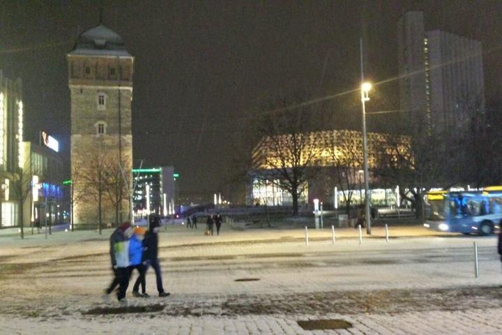 Der Rote Turm und Stadthallenpark in Chemnitz am Abend schön verschneit.
