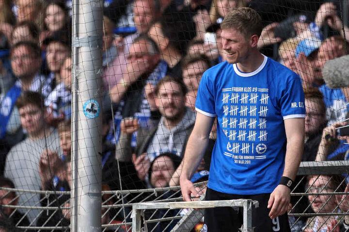Fabian Klos ließ sich von den Fans auf dem Zaun zu seinem Meilenstein feiern.