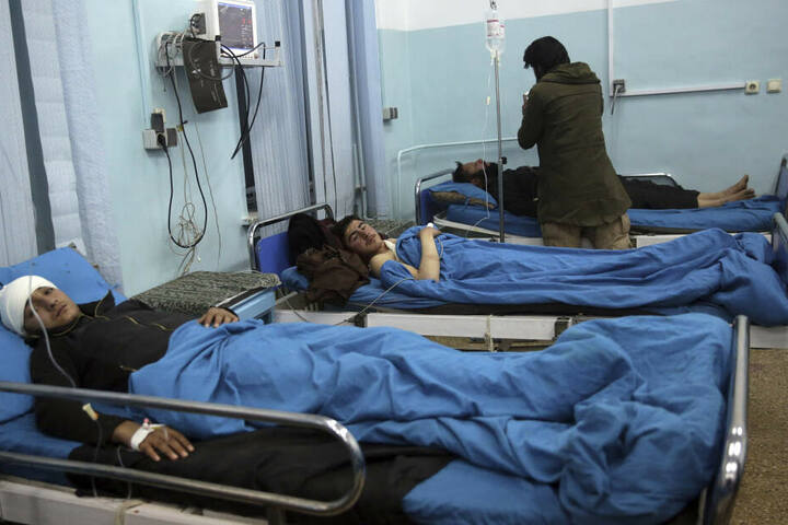Bei einem Autobomben-Anschlag in der Nähe eines Ausländerviertels von Kabul sind am Montag mindestens vier Menschen getötet und Dutzende verletzt worden.