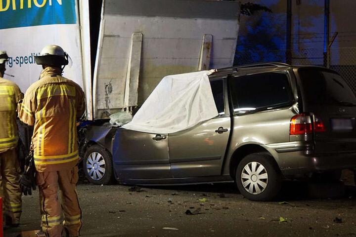 Autofahrer rast in parkenden Lastwagen und stirbt