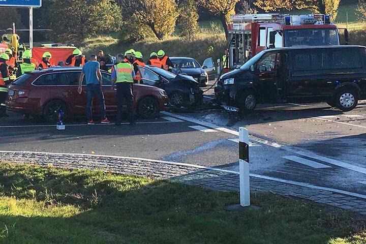 Unklar ist, wieviele Fahrzeuge beschädigt wurden. Dieses Foto deutet auf mehr als zwei hin.