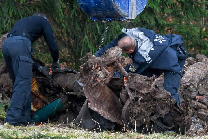 Bei Grabungen konnten die Beamten das Wrack eines Volkswagens aus dem Erdboden holen.